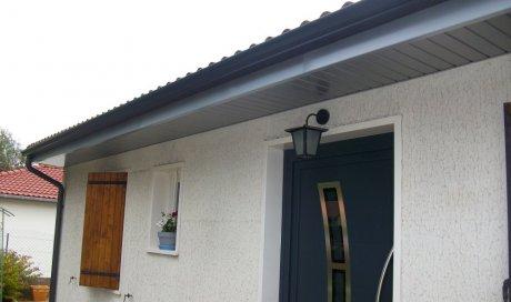 Pose de gouttières et de lambris de sous-face en aluminium sur maison rénovée à Clermont-Ferrand