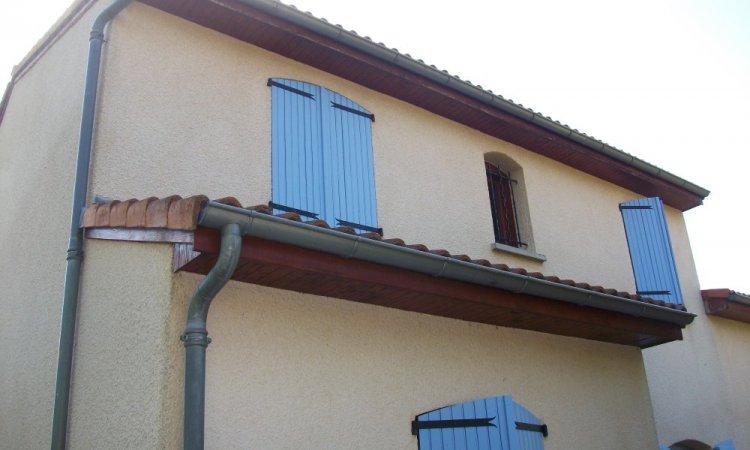 Maison avant la pose de gouttière et l'habillage de lambris de sous-face et planche de rive
